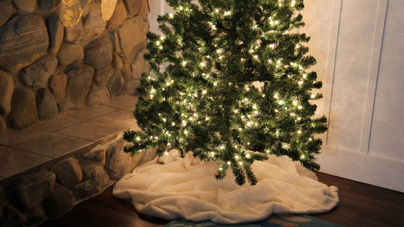 Remodelaholic Faux Fur Tree Skirt Day